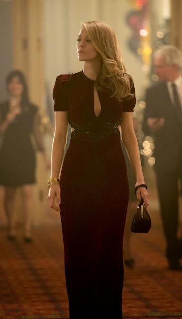 A incrivel história de Adeline, vestido bordô