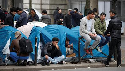 Jóvenes refugiados en París. Foto: Reuters.