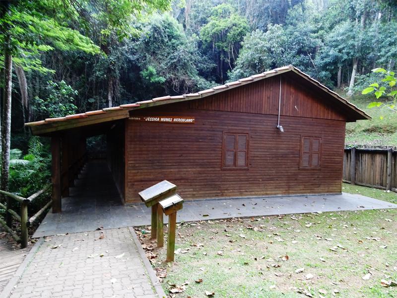 O auditório Jéssica Nunes Herculano está localizado dentro do PEJ, próximo à residência da administração do parque