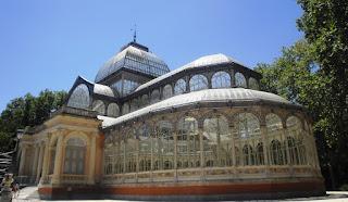 Vista lateral en la que destacan el pórtico, las finas arquerías y los azulejos decorados.