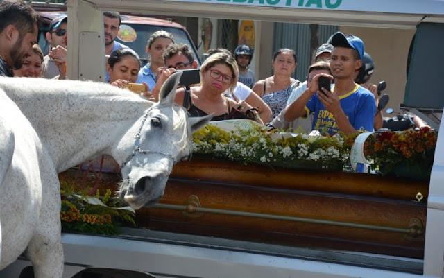 Na Paraíba, cavalo se despede do dono morto em acidente e comove velório