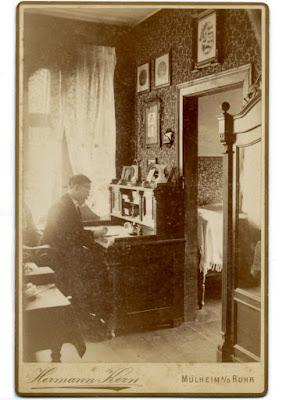 Mann am Gründerzeitsekretär