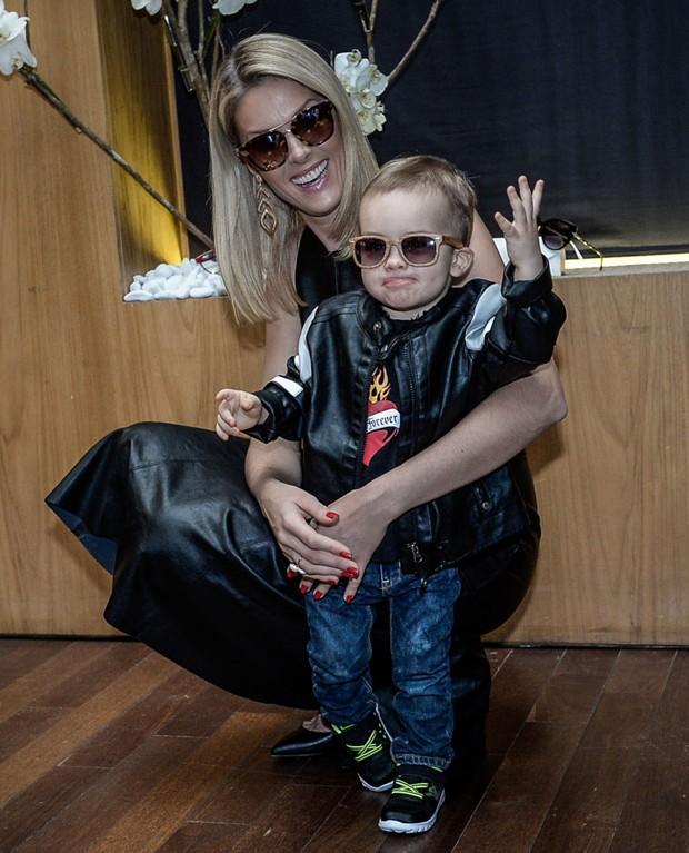 Ana Hickmann levou o filho, Alexandre Jr., de 1 ano e 7 meses, do feliz  casamento com o empresário Alexandre Corrêa, ao lançamento de sua coleção  de óculos ... bf0539059e