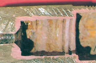 dezincificacao em parte interna de componente de latao, apresentando uma coloracao avermelhada contrastando com a amarelada do latao.