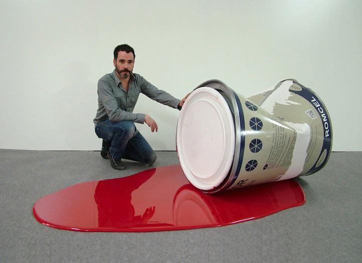 Artista reimagina objetos cotidianos como lúdicas esculturas de enorme tamaño