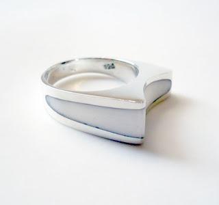 Diseño de anillo plata y resina blanca