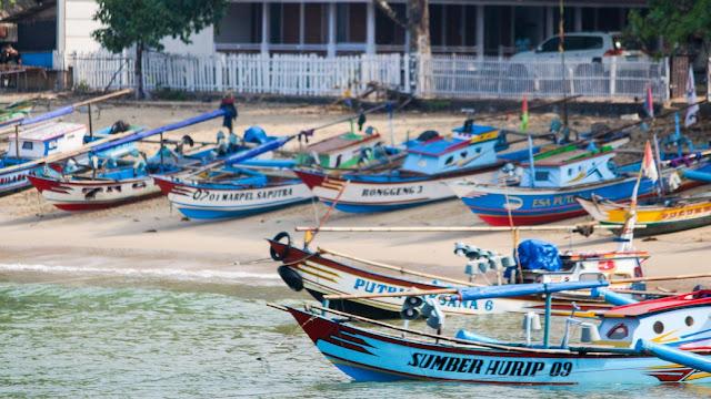 kapal nelayan pantai pulo manuk