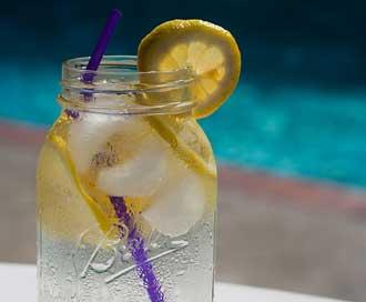 Sisi Positif dan Negatif Minum Air Lemon Tiap Pagi