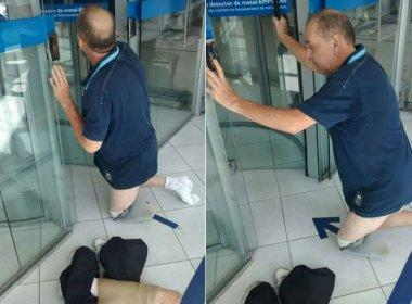 Irritado, deficiente retira prótese após ser barrado na porta de banco em São Paulo