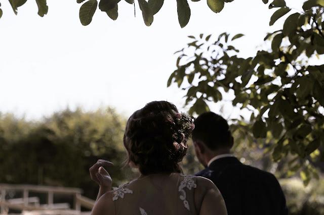 mariage couple, fleurs, robe dentelle saint patrick