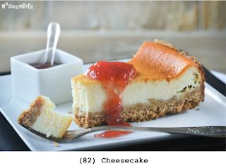 De klassieke cheesecake: zacht kaas in een bodem van cookies, geserveerd met zelfgemaakte aardbeienjam
