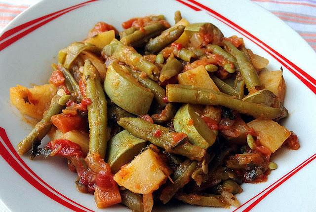 Fasolakia ladera with onions and garlic