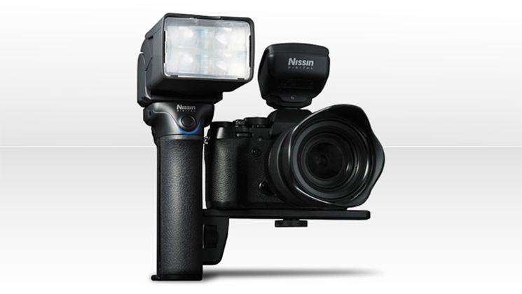 Вспышка Nissin MG10 установлена на камеру