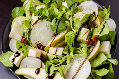 Vitamin-Salat mit Ziegenkäse und Birne