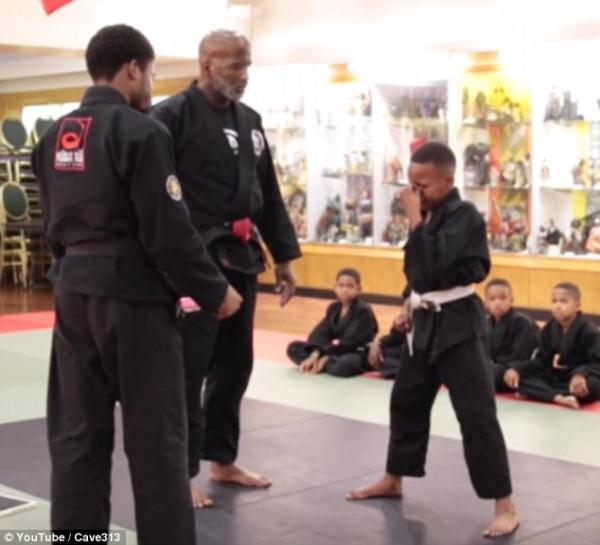 Instructor de artes marciales da a estudiante una lección