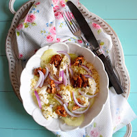 Salada de couscous, queijo cabra, pepino, cebola e nozes caramelizadas