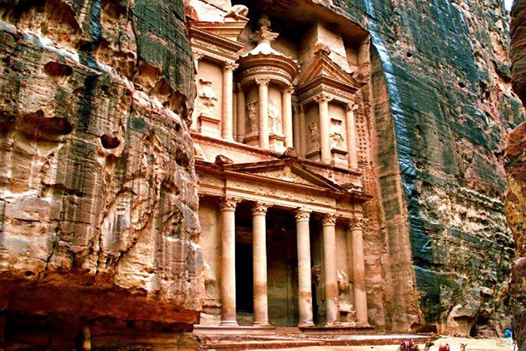 Petra antik kenti milattan önce 10.000 yılına kadar uzanan bir tarihi eserdir.