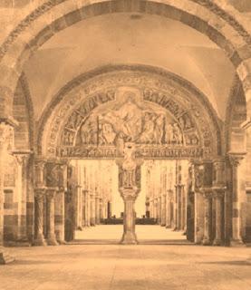 Istilah ini mengacu pada seni yang sedang mengalami perkembangan di Eropa barat dari sekitar tahun 1000 sampai 1200. Banyak gereja yang dibangun dengan gaya baru di segala penjuru Eropa barat, mengingatkan kembali pada bangunan basilika-basilika yang dibuat di Roma pada abad IV, V, dan VI. Jadi itu sebabnya, gaya baru ini disebut dengan istilah Romansque.