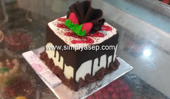 KUE : Inilah kue ultah Tazkia yang ke 7 yang sederhana dan Isnya Allah berkah  Aamin. Foto Asep Haryono