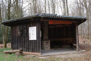 EIne große, geräumige Schutzhütte steht an einer Kreuzung