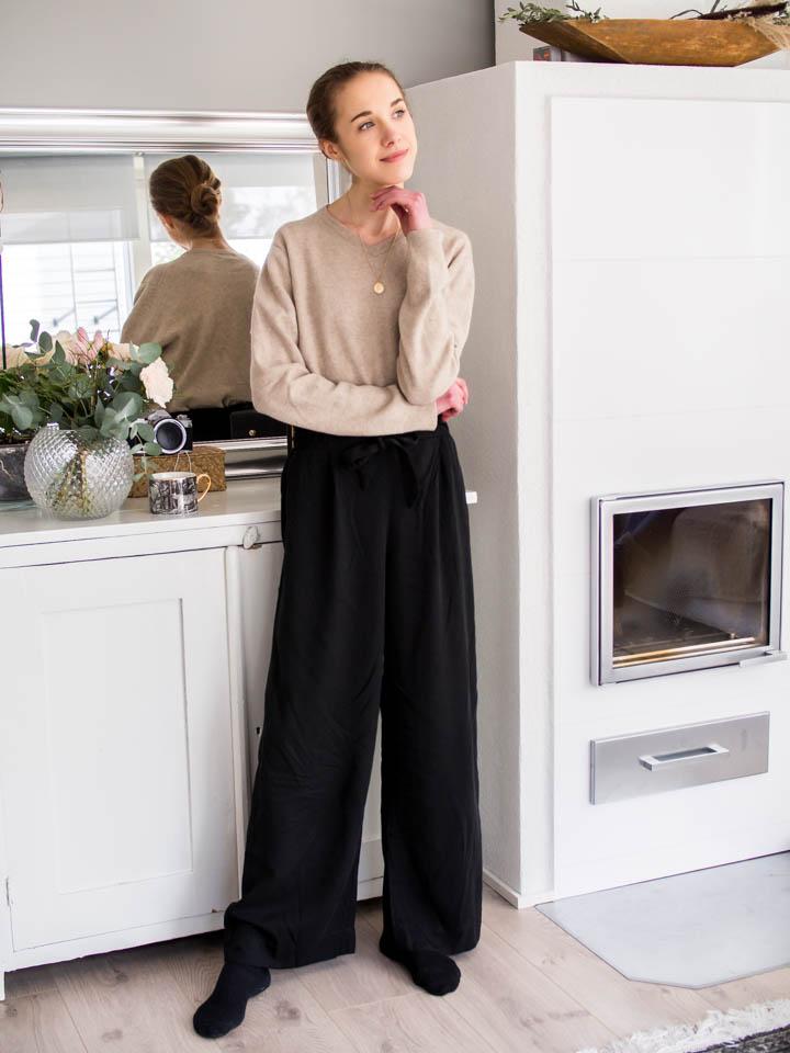 WFH outfit with smart trousers and beige cashmere jumper - Asu kotitoimistolta, mustat housut ja beige v-aukkoinen kasmirneule