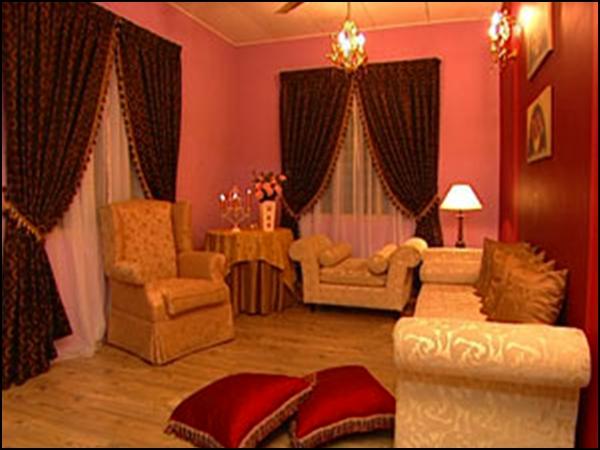 8 Jika Menggunakan Perabot Atau Sofa Yang Bermotif Bercorak Matchkan Dengan Dinding Dan Juga Langsir Berwarna Polos