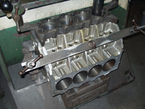 monoblocco V8 in lavorazione di alesatura/rettifica cilindri