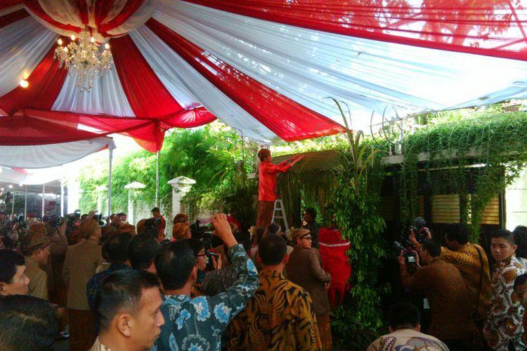 Pernikahan Kahiyang-Bobby, Presiden Jokowi Pasang Sendiri Bleketepe