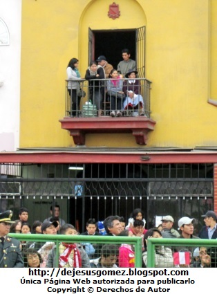 Foto de personas viendo desde su balcón el Desfile peruano por Jesus Gomez
