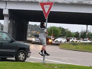 Attaccato con scotch al palo del segnale stradale: era una scommessa
