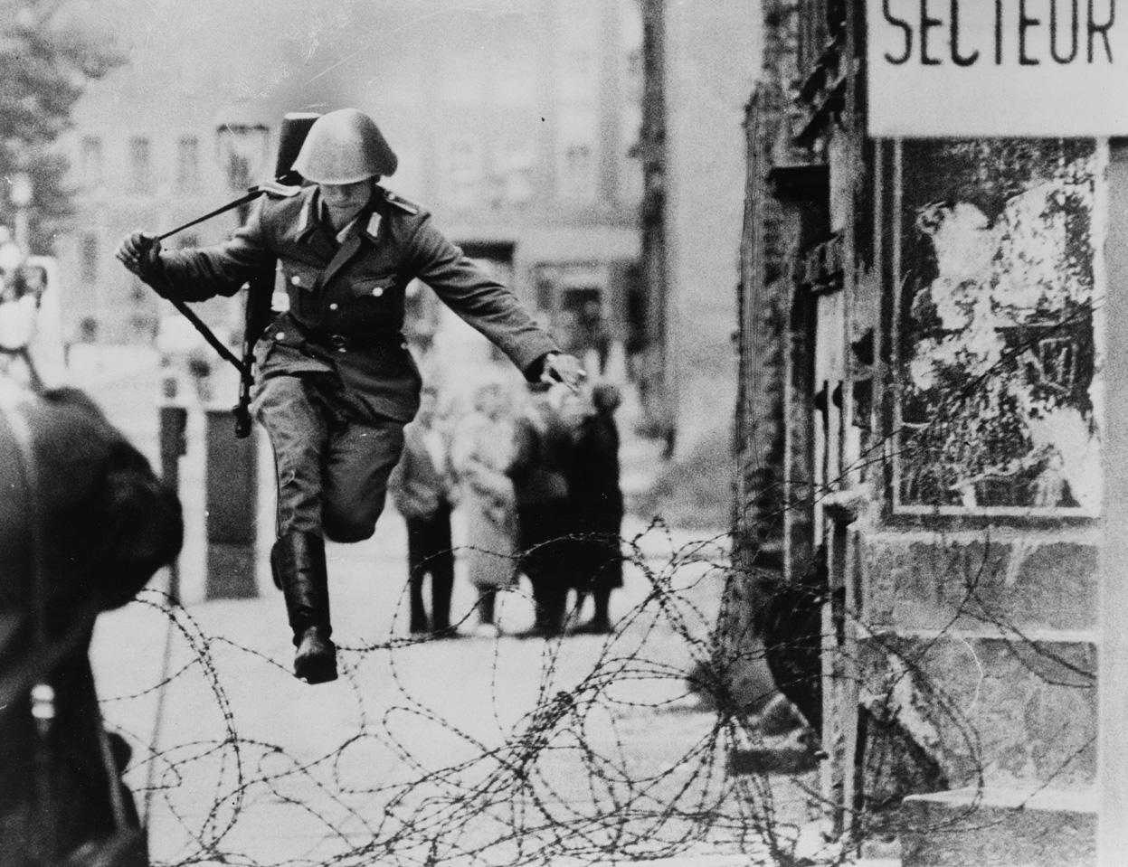 La foto del Vopos Conrad Schumann che salta il filo spinato nel 1961
