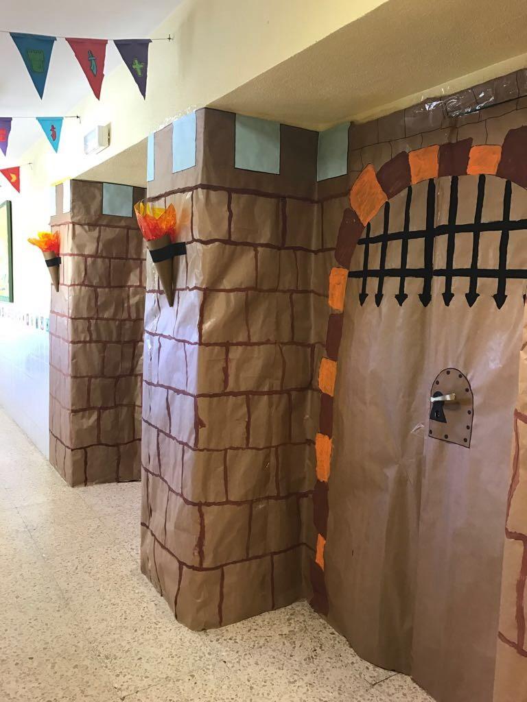 Peque os monstruitos un castillo en nuestra puerta for Decoracion puerta aula infantil