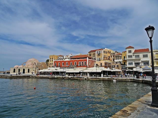 stare miasto i port z latarnią w Chanii na Krecie