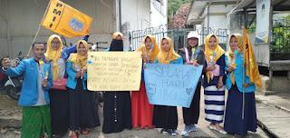 Hari Ibu, KOPRI Raden Segoro Bagikan Bunga ke Pengguna Jalan