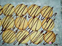 Haciendo rallas de chocolate negro a las galletas