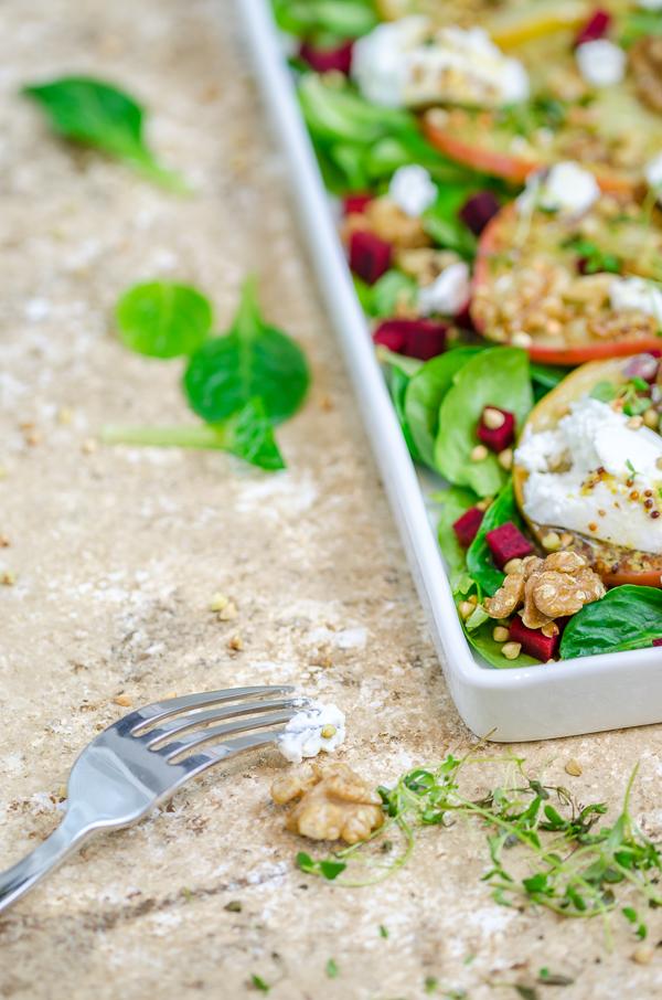 Feldsalat mit Thymian-Äpfel, Ziegenfrischkäse und Walnüssen