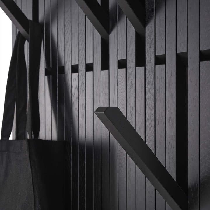 Czarny wieszak z drewna w korytarzu