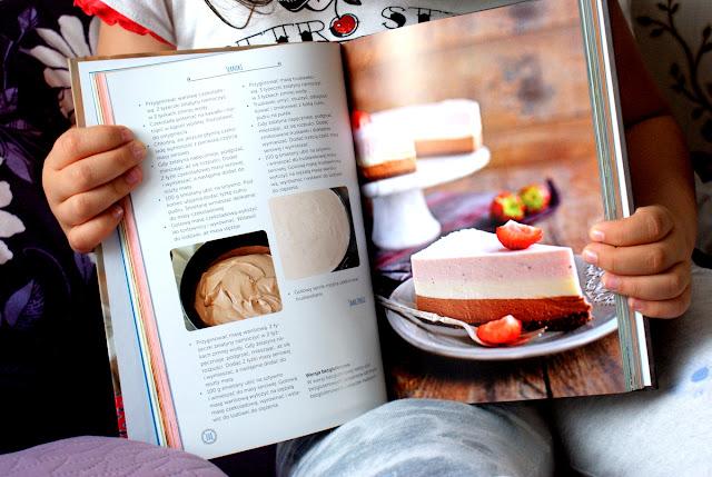 domowe wypieki,septem.pl,joanna niedobecka,biszkpt,stracciatella z truskawkami,ciasto z truskawkami, latwy biszkopt,proste ciasto,tort z truskawkami,mascarpone,herbaty teekanne,