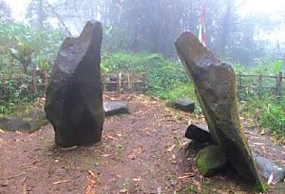 Menhir Batu Tulis di Desa Jabranti. Sumber : wisatakotakuningan.blogspot.com