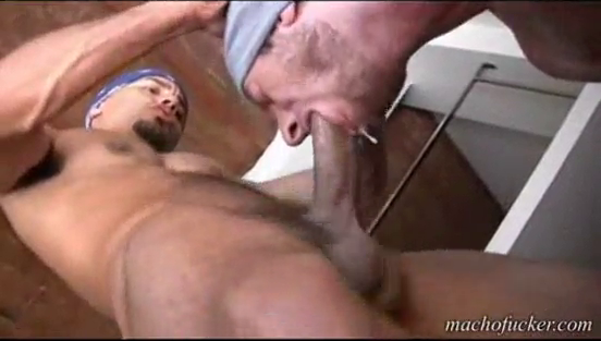 парня ебут жестко в рот