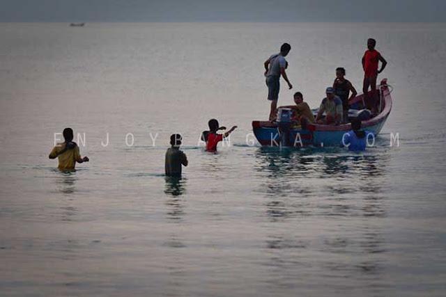 nelayan desa rebo bersiap berlabuh