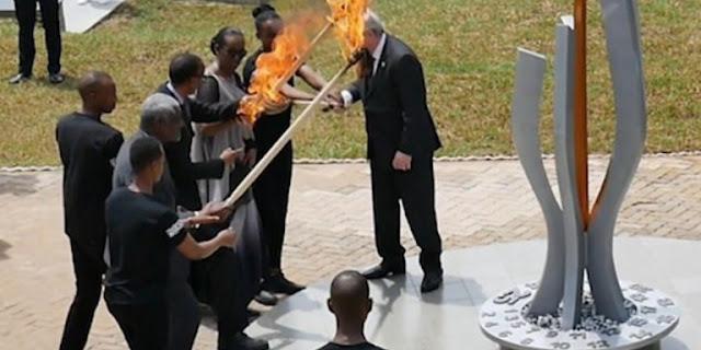 Απίστευτο βίντεο: O Ζαν-Κλοντ Γιούνκερ λίγο έλειψε να βάλει φωτιά στην Πρώτη Κυρία της Ρουάντα