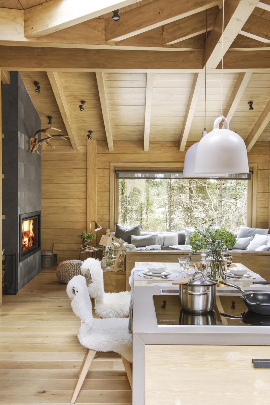 Drewniany domek w środku lasu - wystrój wnętrz, wnętrza, urządzanie mieszkania, dom, home decor, dekoracje, aranżacje, drewniany dom, drewno, eco, ekolodiczny, naturalny, cozy home, styl skandynawski, scandinavian style, otwarta przestrzeń, salon, living room, kuchnia, kitchen, jadalnia, wyspa kuchenna