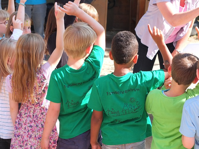 во время проведения занятия по физкультуре во дворе дошкольного образовательного учреждения применила физическое насилие к пятилетней воспитаннице