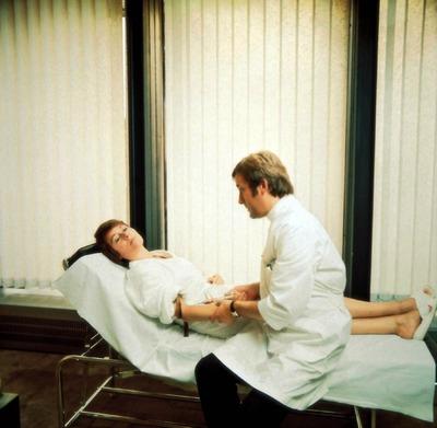 les fesses de graham nues femme allongé sur une table de massage