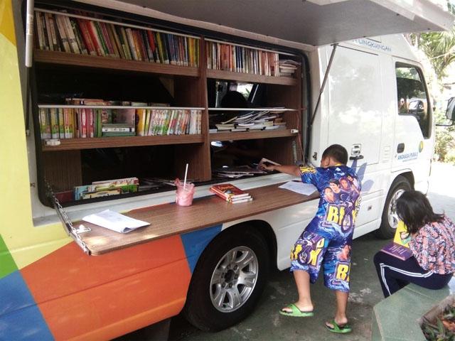 Petugas PUSLING (Perpustakaan Keliling), yang Setengah Telanjang