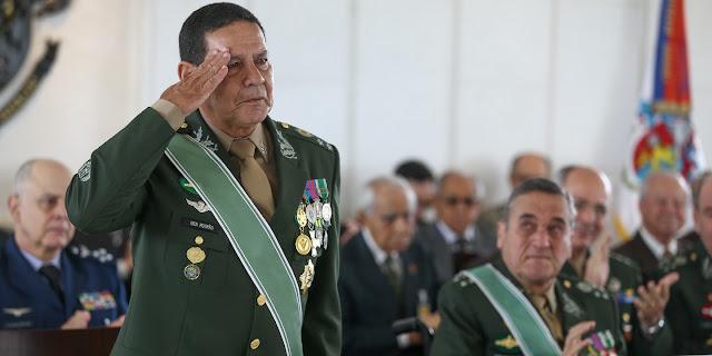 e0b7b6c2de O general Antonio Hamilton Martins Mourão (à esquerda) na cerimônia de sua  passagem para a reserva do Exército