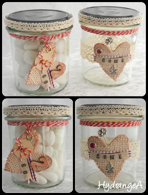 Tarros de vidrio reciclados, decorados con puntillas, cintas, cartón... uno con piedrecitas blancas y el otro vacío. En el lleno indica 2 go (kilos a perder) y en el otro indica Gone (kilos perdidos)