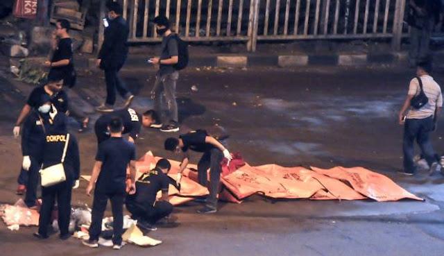 Polisi Evakuasi Korban Ledakan Bom di Kampung Melayu