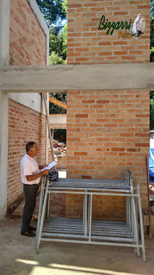 Bizzarri visitando uma obra onde vamos fazer a lareira de pedra com o revestimento de pedra na parede com as escadas de pedra em casa em condomínio na Cantareira. 07 de novembro de 2016.